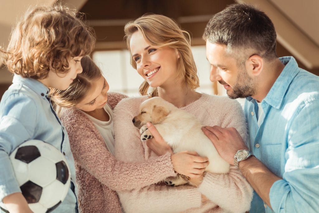 Familie med hundehvalp